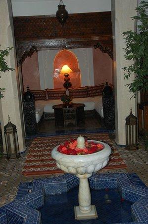 Riad le Clos des Arts : Seated area and fountain