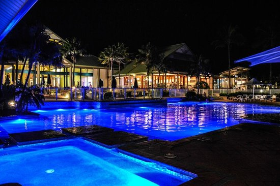 Novotel Twin Waters Resort: Pool at night