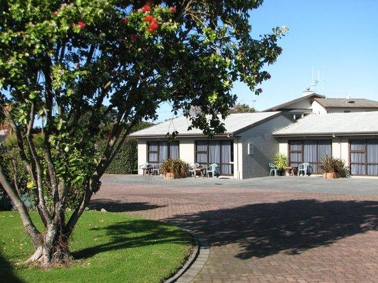 Cobblestone Court Motel : Sunny Studios