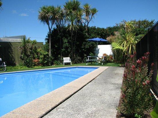Cobblestone Court Motel : Swimming Pool