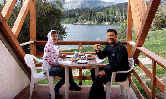 Club Hotel Dut Bariloche: Mateando en el balcón de la cabaña