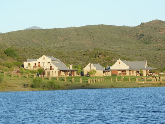 Madi-Madi Karoo Safari Lodge: view lodge from lake