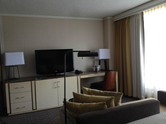 Hotel Omni Mont-Royal : Work Station in Room