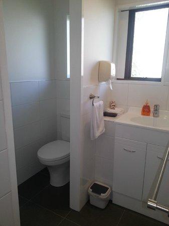 Cobblestone Court Motel: Bathroom - Executive Studio