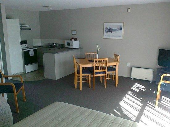 Cobblestone Court Motel: Kitchen/Dining - 1 Bedroom Family Unit