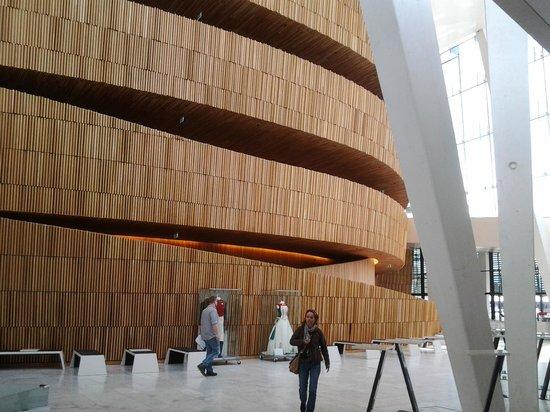 The Norwegian National Opera & Ballet: Холл театра - уютное дерево, классический скандинавский дизайн