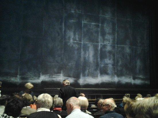The Norwegian National Opera & Ballet: Театральный занавес - тоже знаковая вещь в любом театре..