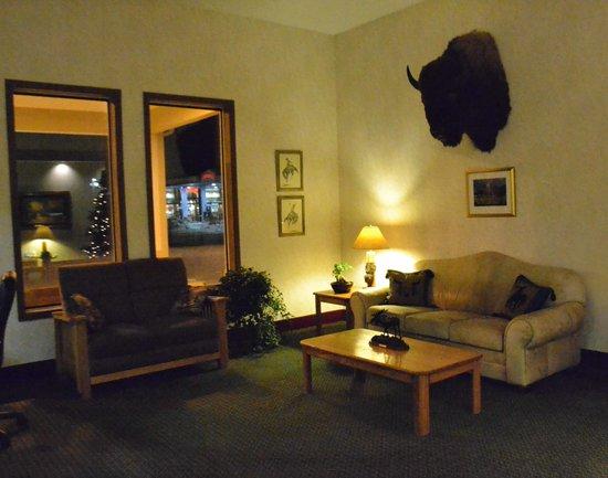SureStay Plus Hotel Buffalo: Lobby at Night