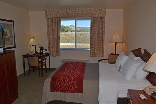 SureStay Plus Hotel by Best Western Buffalo: Room w/ view of Big Horn Mt.