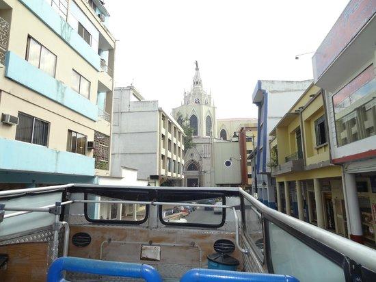 Hampton Inn by Hilton Guayaquil-Downtown : Vista Av. 9 de Octubre desde el bus turistico