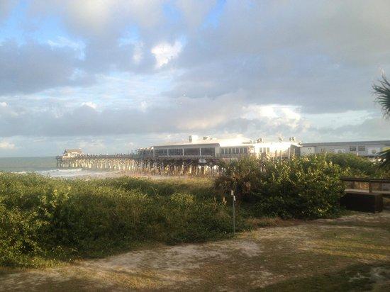 La Quinta Inn & Suites Cocoa Beach Oceanfront: Cocoa Beach Pier view from room balcony