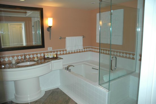 Grand Wailea - A Waldorf Astoria Resort: Bathroom with Separate Bath and Glass Shower