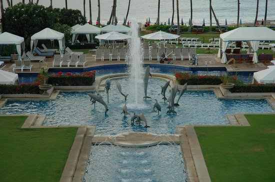 Grand Wailea - A Waldorf Astoria Resort: Fountain by the Pool