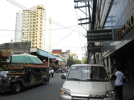 Gran Prix Hotel and Suites Manila: Вывеска отеля теряется - в Макати кругом отели