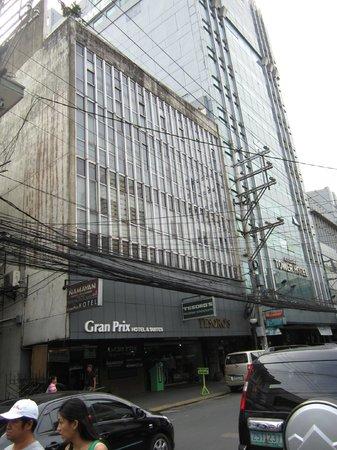 Gran Prix Hotel and Suites Manila: Вид с другой стороны улицы