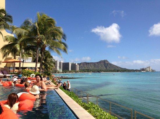 Sheraton Waikiki: View of Diamond Head from the pool