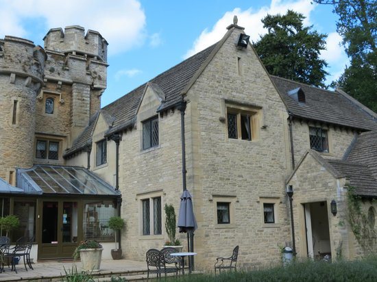 Bath Lodge Castle: Our rooms upstairs in the middle with view to the yard and wooded area