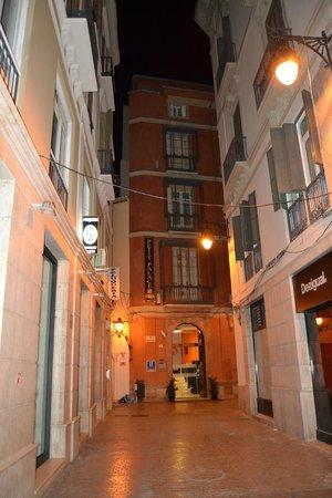 Petit Palace Plaza Malaga: l'ingresso dell'hotel