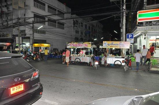 Chalelarn Hotel Hua Hin: Вечером напротив отеля
