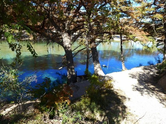 Parkview Riverside RV Park: One path down to the Rio Frio