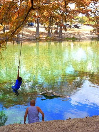 Parkview Riverside RV Park: Kids love swinging out over the water and jumping in