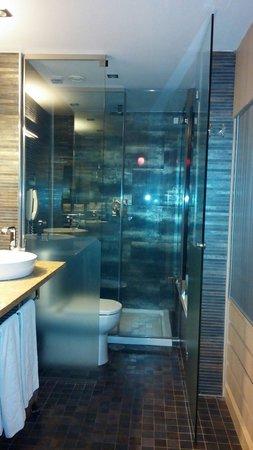 Cuarto de baño con ducha y bañera - Picture of Melia Sevilla ...