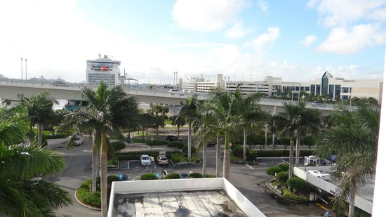 Hilton Fort Lauderdale Marina: Daytime view of the airport from our balcony.