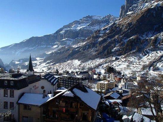 Hotel Les Sources des Alpes: La vallée, le matin, vue de la chambre
