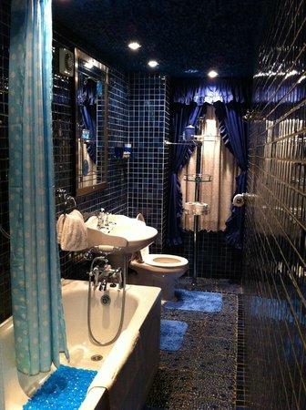 The Flower House : Bathroom