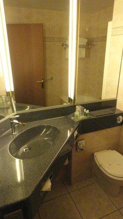 Holiday Inn Paris Montmartre: Banheiro bom bastante espelho