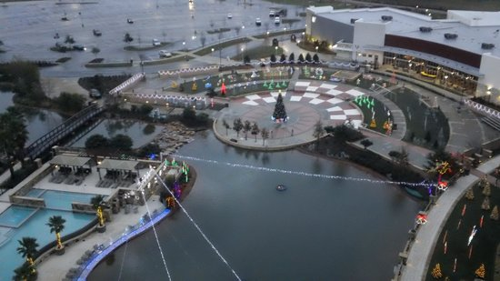 Wind Creek Casino & Hotel, Atmore : Day view of pool area Christmas decorations