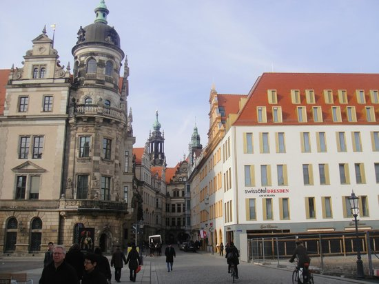 Swissotel Dresden: A view to hotel from a square