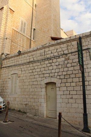 Sisters of Nazareth Convent: si entra da quella porticina