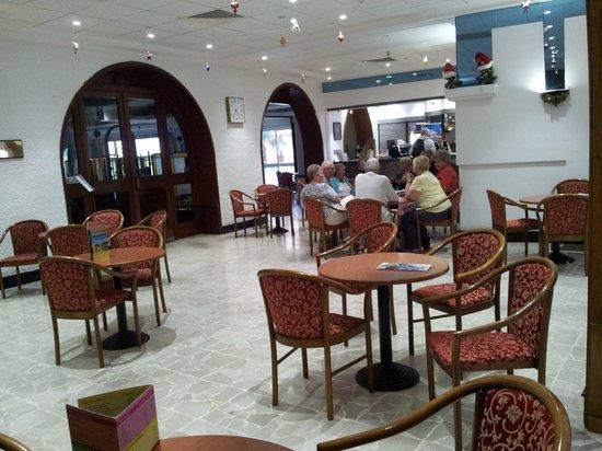 Paradise Bay Resort Hotel: Aufenthaltsraum vor dem Speisesaal