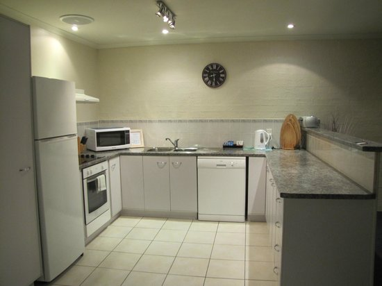 Apollo Luxury Apartments: Fully self contained kitchen with stove,dishwasher & microwave