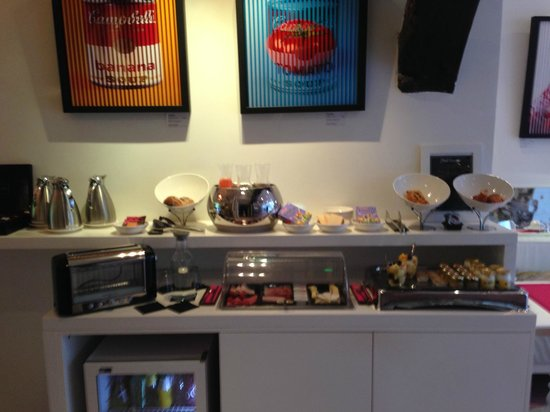 Hôtel Georgette: The morning setup for breakfast.