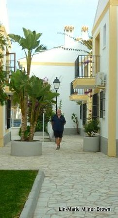 Infiniti Beach Resort: Walking back from the beach...Vera beach apts