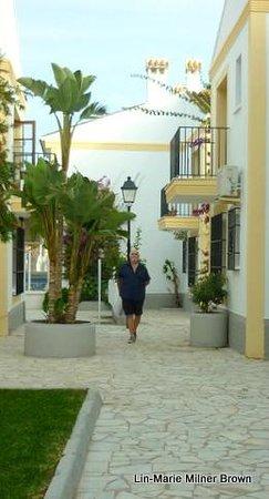 Alegria Infiniti Beach Resort: Walking back from the beach...Vera beach apts