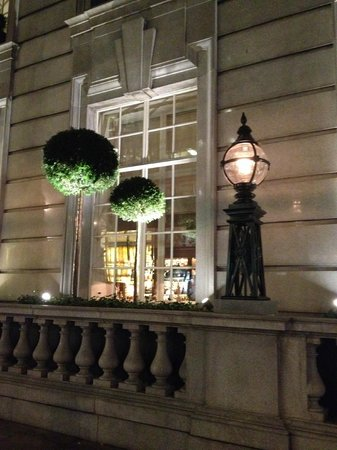 Rosewood London: Outside looking into bar