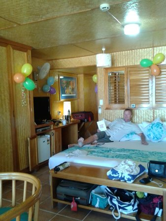 Sanctuary Rarotonga-on the beach : Cramped room and bad TV location