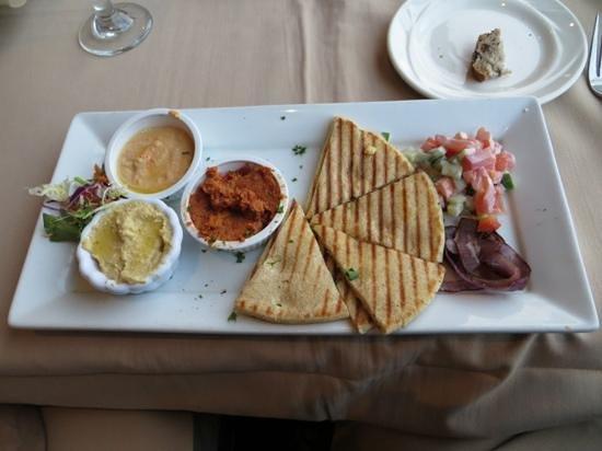 Proud Bird Restaurant: Hummus trio and pita chips