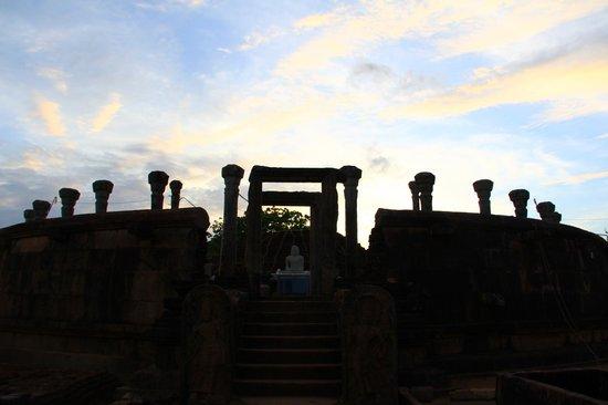Ruins of the stupa at Girihadu seya