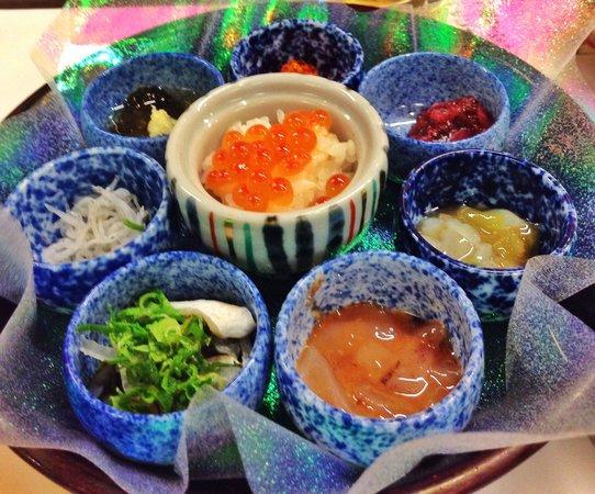 Sushimaruya Higashimikuniten: 宴会メニューの最初に出てくるお通し。これが一人分。すべてひとくちサイズで真ん中には超ミニミニイクラ丼。見た目も美しく、味もGOOD!