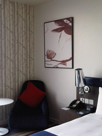 Holiday Inn Express Bangkok Siam: Chair and side table