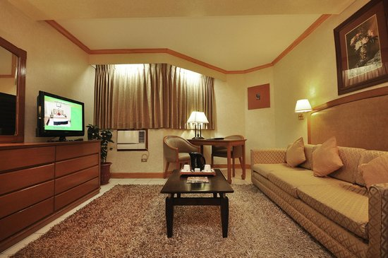 The Executive Plaza Hotel Manila: Family suite receiving r