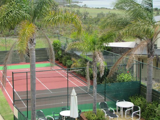 Apollo Luxury Apartments: Half tennis court