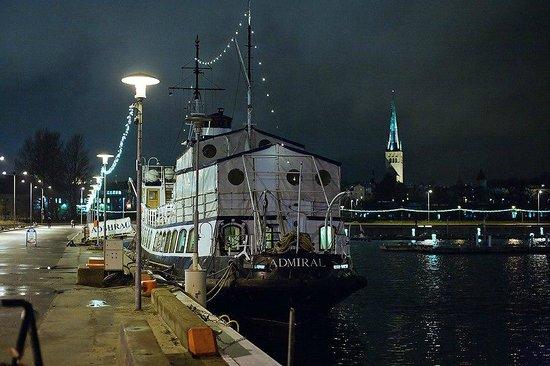 Tallinn Seaport Hotel: Вид на побережье по пути из гостиницы в старый город