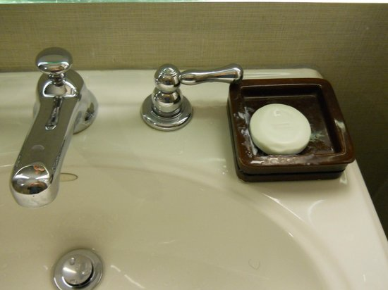 Grand Hyatt Washington : Soap dish with no clearance from cold water faucet.