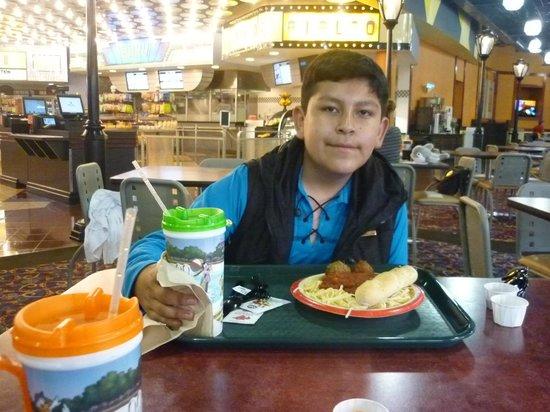 Disney's All-Star Movies Resort: Disfrutando de las comidas en el restaurant.