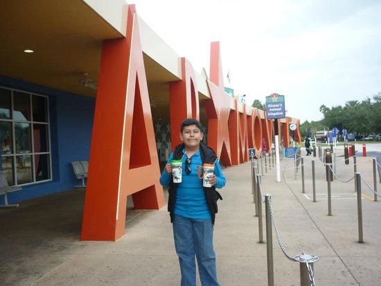 Disney's All-Star Movies Resort: Afueras del hotel , parada de buses para ir a los parques.